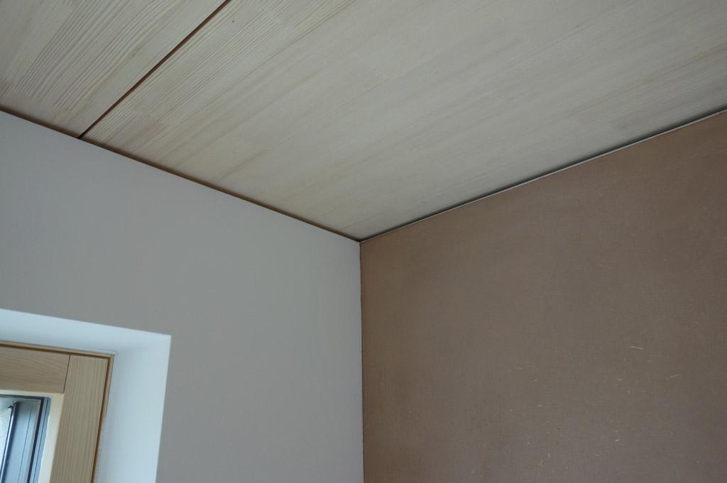 …detail Lignotrend poľadového stropu, hlinenej omietky a sadrokartónovej steny…