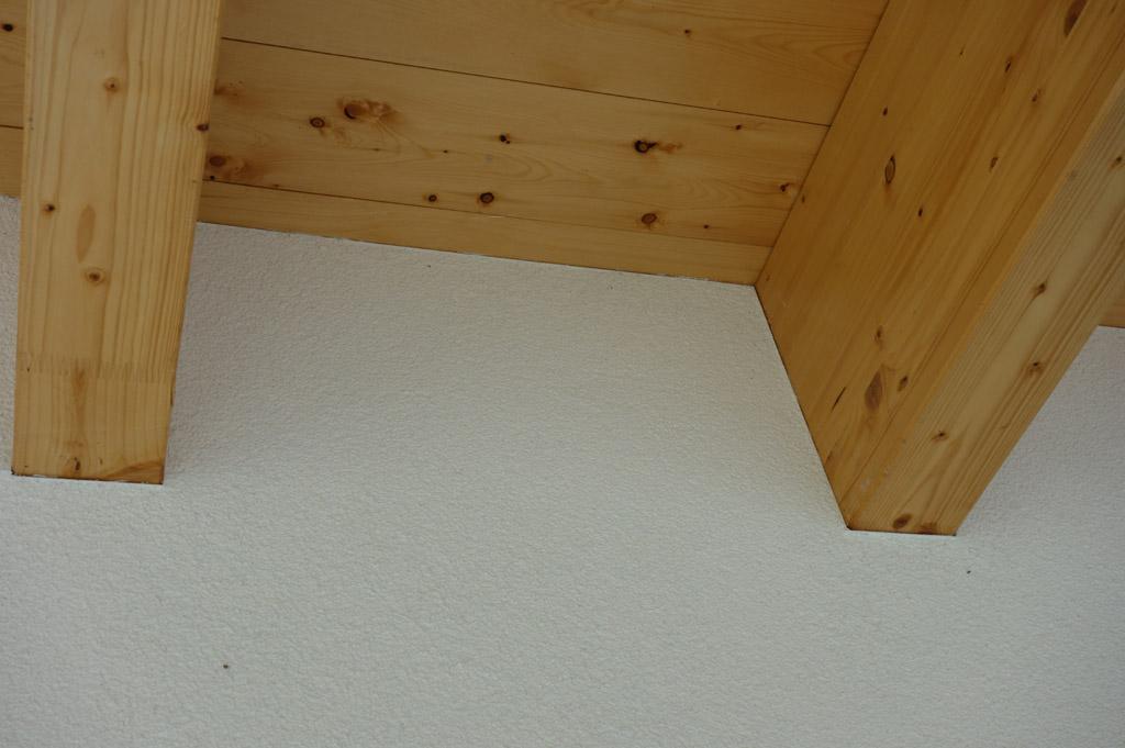 …detail spracovania fasádnej omietky ku drevenej konštrukcii…