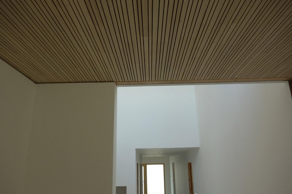 …detail Lignotrend akustického pohľadového stropu…