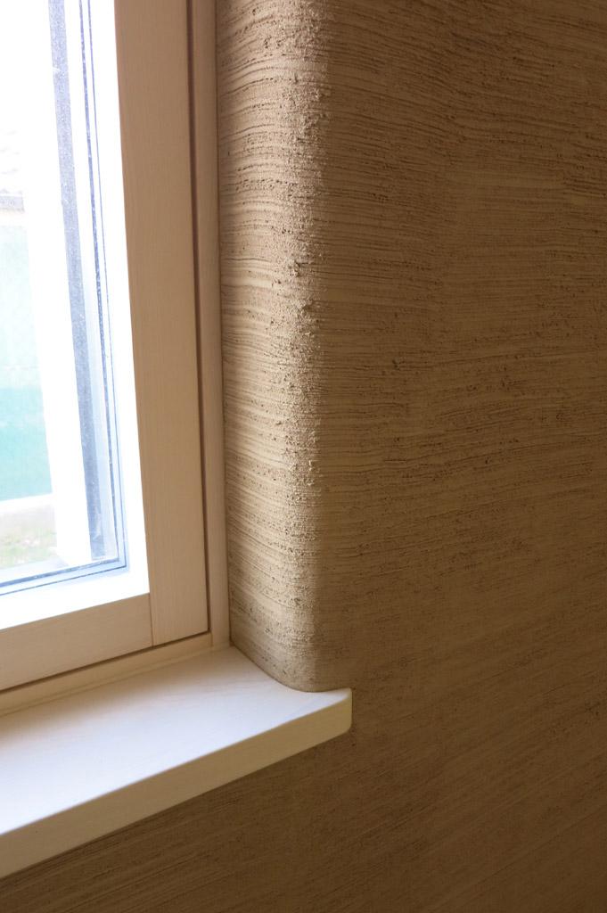…detail oblúkového ostenia okna z hlinenej omietky…